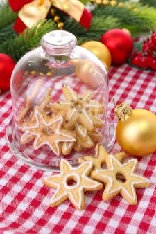 Heerlijke kerstkoekjes in pot op tafel close-up