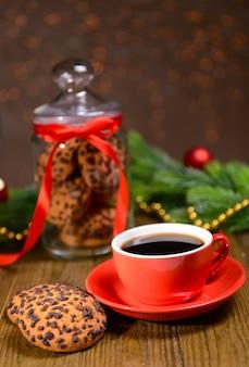 Heerlijke kerstkoekjes in pot op tafel op bruine achtergrond