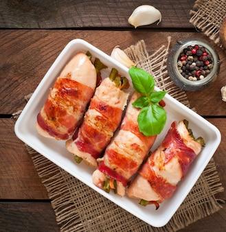 Heerlijke kiprolletjes gevuld met sperziebonen en worteltjes gewikkeld in reepjes spek