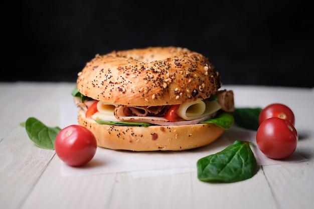 Heerlijke klassieke blt sandwiches met ham, kaas, spek, tomaten