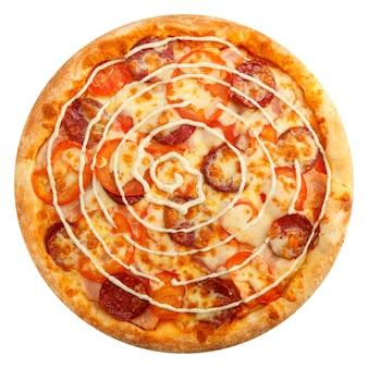 Heerlijke klassieke italiaanse pizza met mozzarella, tomaten en pepperoniworst