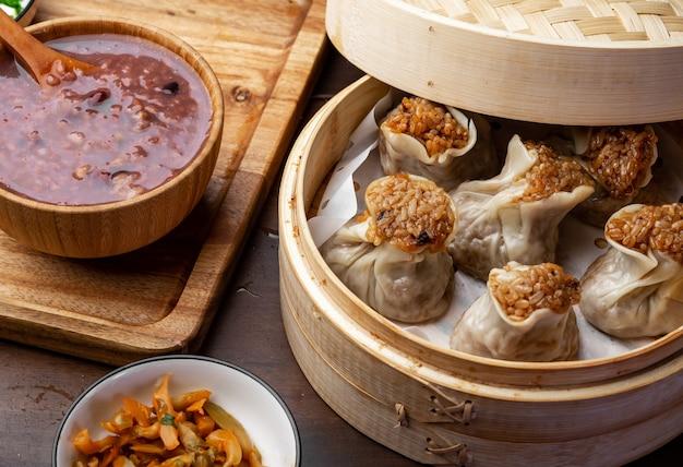 Heerlijke kleefrijst dumplings liggen in de stoomboot