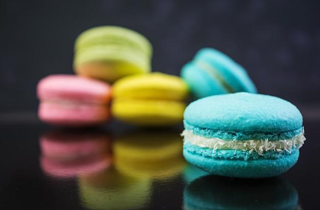 Heerlijke kleurrijke macaroncakes op dark
