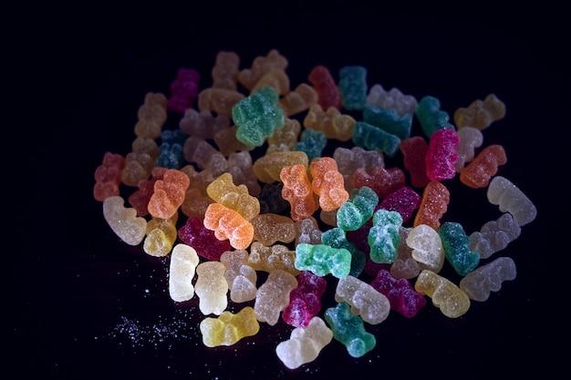 Heerlijke kleverige beren van vele kleuren op donkere achtergrond