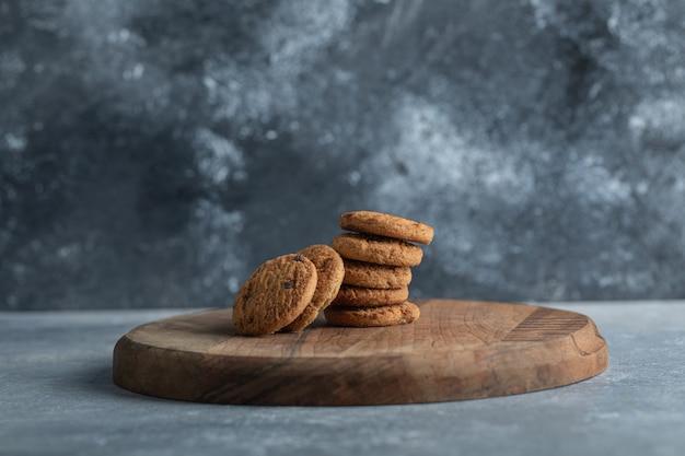 Heerlijke koekjes met chocolade op een grijze achtergrond.
