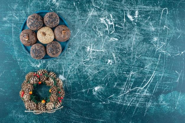 Heerlijke koekjes met een krans op marmer.