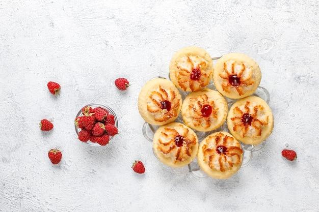 Heerlijke koekjes met frambozenjam en verse frambozen.