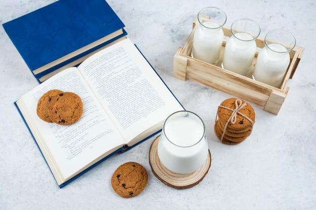 Heerlijke koekjes met glas melk en boek.