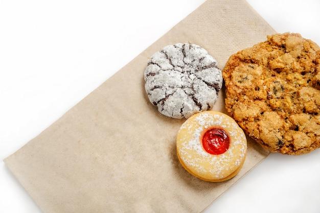 Heerlijke koekjes op een papieren zak geïsoleerd op een witte achtergrond