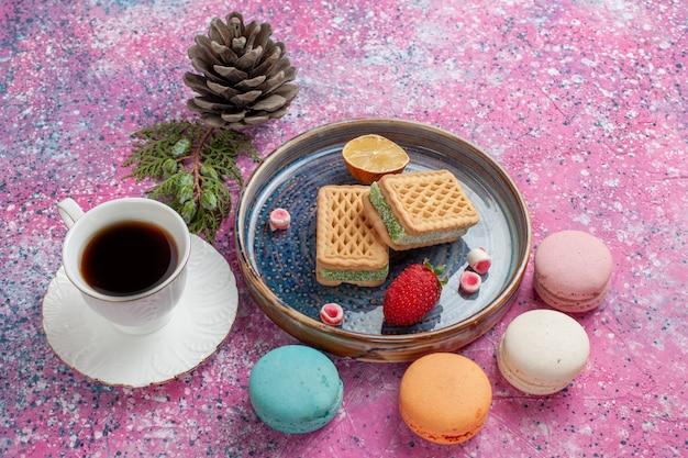 Heerlijke koekjesbroodjes met macarons en koffiekop