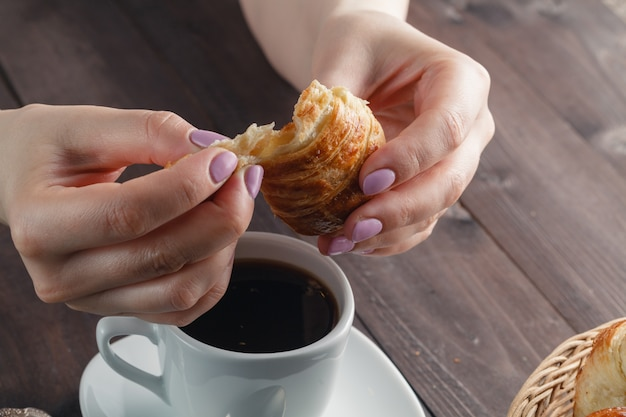 Heerlijke koffie met croissant