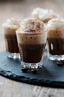 Heerlijke koffie met slagroom en cacao