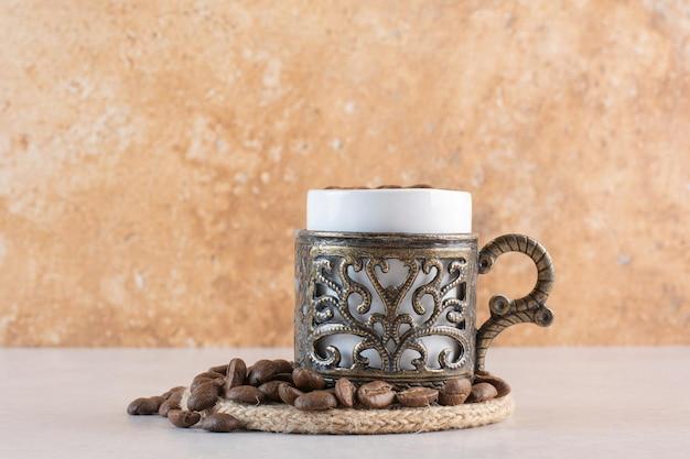 Heerlijke kop aroma verse kop koffiebonen. hoge kwaliteit foto