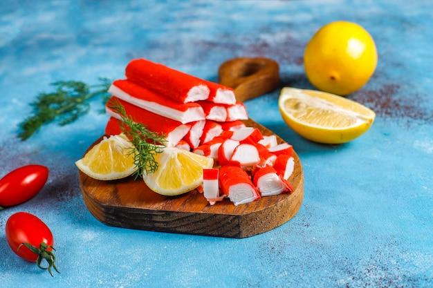 Heerlijke krabstokken die op eten worden voorbereid.