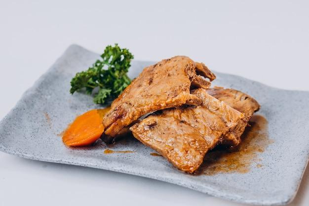 Heerlijke krokant gebakken kip geïsoleerd op een witte ondergrond