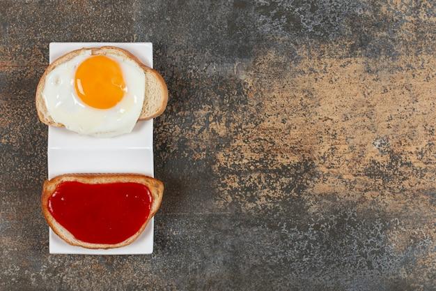 Heerlijke krokante toastjes met gebakken ei en jam.