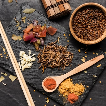 Heerlijke larven omringd door kruiden