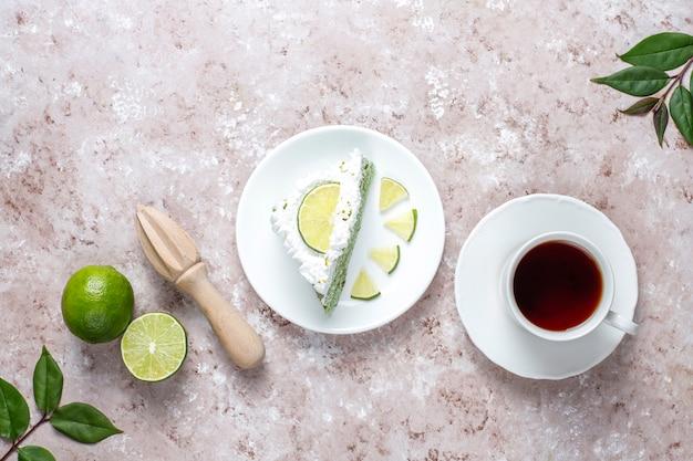 Heerlijke limoentaart met verse limoen schijfjes en limoenen.