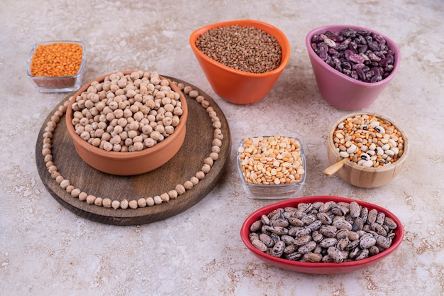 Heerlijke linzen en bonen in platen op marmeren oppervlak.