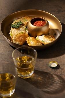 Heerlijke maaltijd met sambal arrangement