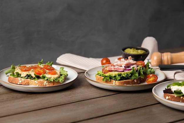 Heerlijke maaltijd op houten tafel