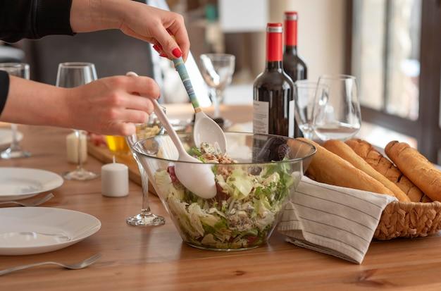 Heerlijke maaltijd voor beste vrienden die samen tijd doorbrengen