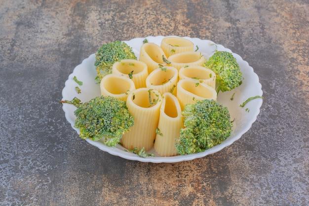 Heerlijke macaroni op witte plaat