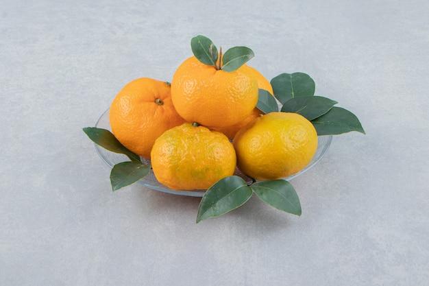 Heerlijke mandarijnvruchten op glasplaat.