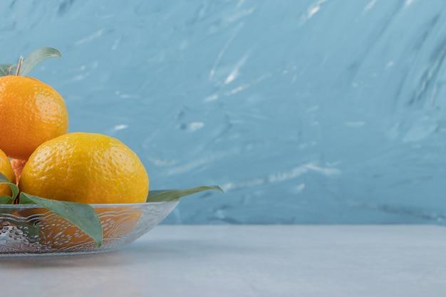 Heerlijke mandarijnvruchten op glasplaat