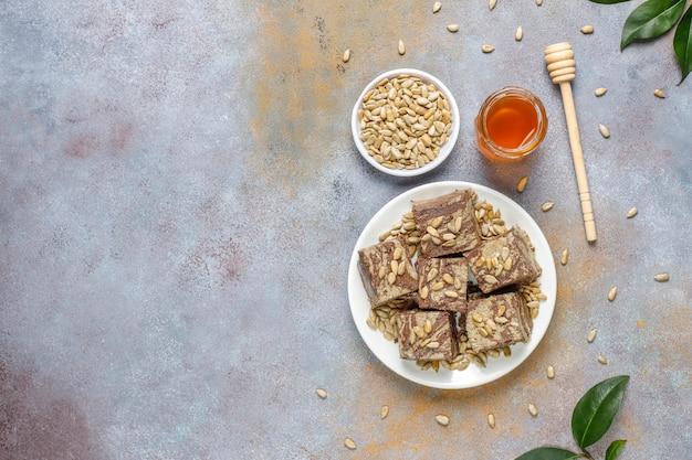 Heerlijke marmeren halva met zonnebloempitten, cacaopoeder en honing, bovenaanzicht