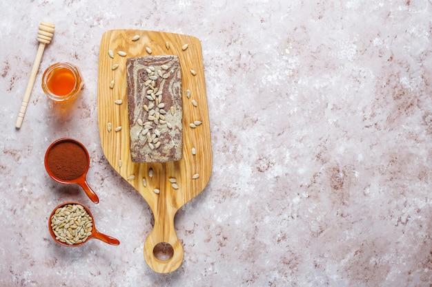 Heerlijke marmeren halva met zonnebloempitten, cacaopoeder en honing