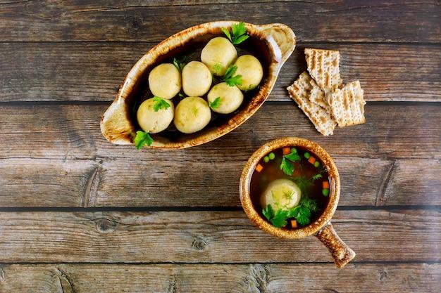 Heerlijke matzoh ballensoep met dille, peterselie en worteltjes