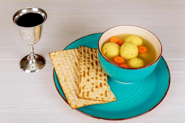Heerlijke matzoh balsoep met pesach pascha symbolen
