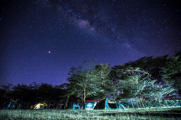Heerlijke melkweg 's nachts op de naivasha-camping. kenia
