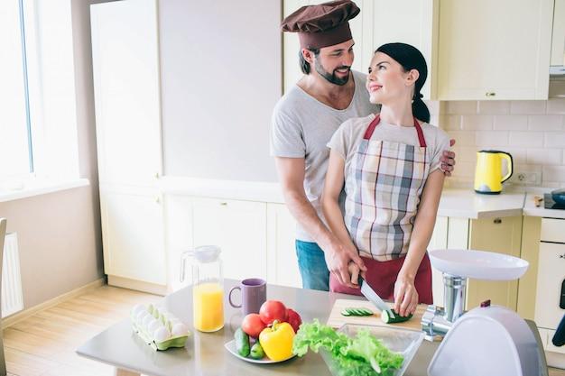 Heerlijke mensen staan samen in de keuken.