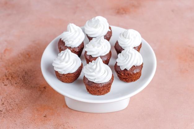 Heerlijke mini chocolade cupcakes voor valentijnsdag. Gratis Foto