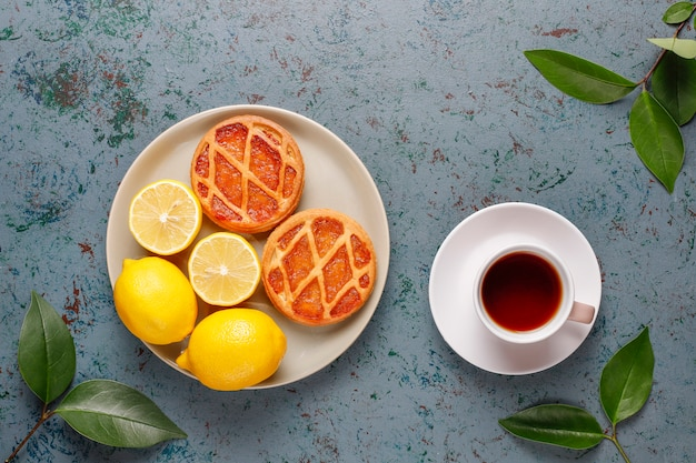 Heerlijke mini citroentaarten met verse citroenen, bovenaanzicht