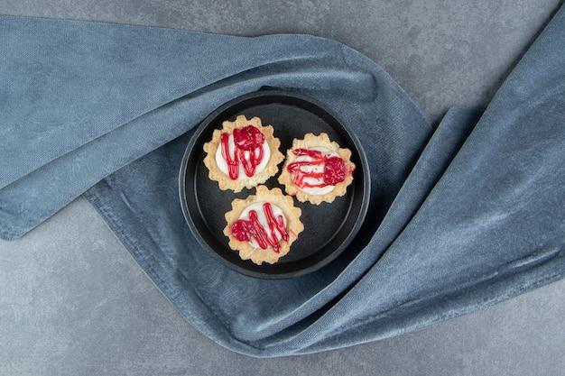 Heerlijke mini cupcakes op een donker bord