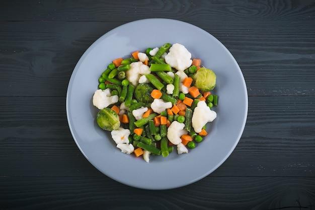 Heerlijke mix van groenten op het bord