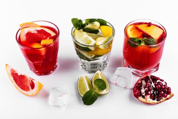 Heerlijke mojito, rum en cola, bloedsinaasappel en wodka cocktails geserveerd met fruit