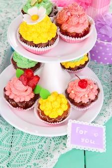 Heerlijke mooie cupcakes op feestelijke tafel close-up