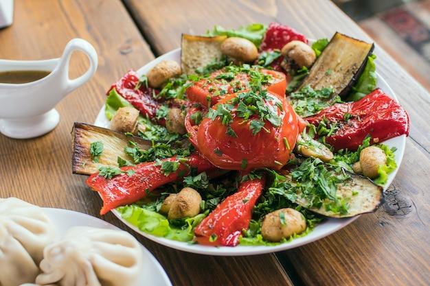 Heerlijke mooie salade eten in een bord op een houten tafel in een café
