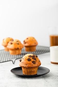 Heerlijke muffins met chocolade net ondersteund