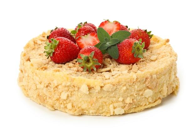 Heerlijke napoleon-cake met aardbei die op wit wordt geïsoleerd