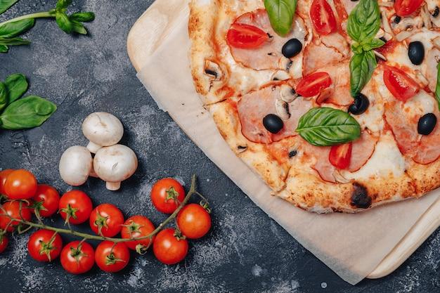 Heerlijke napolitaanse pizza aan boord met kerstomaatjes, vrije ruimte voor tekst