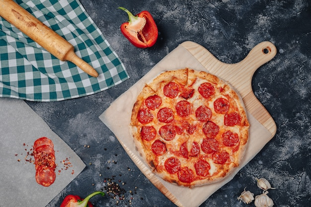 Heerlijke napolitaanse pizza op een schoolbord met verschillende ingrediënten, vrije ruimte voor tekst