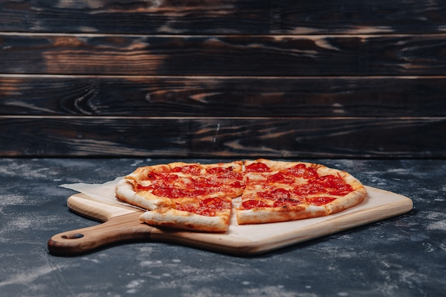 Heerlijke napolitaanse vleespizza, pizzeria en heerlijk eten