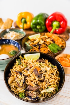 Heerlijke noedels en soep met paprika op tafel