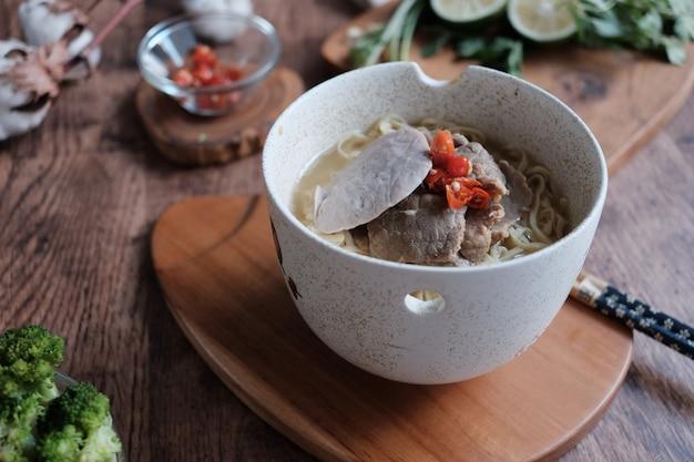 Heerlijke noedels met gehaktbal en chili voor kruid op de kom