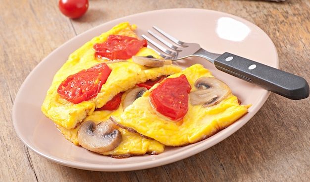 Heerlijke omelet met tomaten en champignons